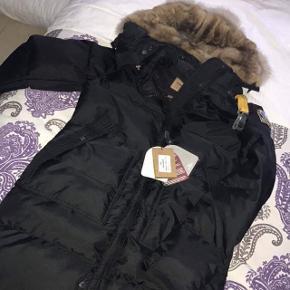 Jeg sælger denne lækre jakke fra Parajumpers i størrelse small. Bemærk dog, at jakken er købt i udlandet som en kopi, men den ligner på en prik, og er i fantastisk kvalitet. Pelsen er ægte, og er virkelig blød og lækker 👌🏼