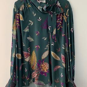 Helt utrolig smuk bluse med det fineste print. Bindebånd ved skulder.  Brugt ganske lidt.   Jeg bytter ikke 😊