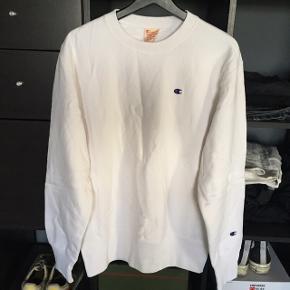 Champion sweatshirt. BNWT cond 10/10, aldrig blevet brugt og stadig med mærker. Det er en størrelse medium, men den har et lidt oversized fit. Fra skulder og ned er den 68cm, og fra armhule til armhule er den 56cm.   Nypris var 800.  Køb nu pris er 350, men jeg er åben for bud.