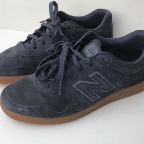 Varetype: Sneakers Farve: Mørk Blå  Super fed sneakers fra NB med lækker gummisål. Købt i Støy for 899,00. Passer fedt til jeans.
