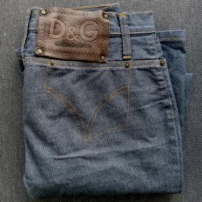 NY PRIS  Vintage D&G jeans i mørkeblå. Sidder godt og behageligt med regular fit og smidigt stof med lidt stretch. Str svarer til small og længde 34.   60% bomuld  38% polyester  2% andre fibre