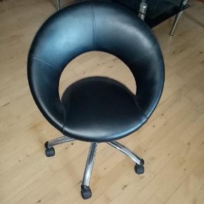 Kontor / frisørstol sælges Den fejler ikke noget og er fra røgfrit hjem Sender desværre ikke og det er kontant betaling