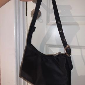 Jeg sælger min populære Daniel silfen taske som er modellen Ulla. Jeg sælger den da jeg slet ikke får den brugt.  Fejler intet og står som ny. Ingen tegn på slid. Np var 300 og i kan bare byde