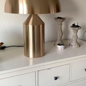 Sælger denne Atollo Bordlampe large i Guld, en utrolig populær lampe, som er designet af Vico Magistretti. Den har kun været pakket ud for at prøves ellers er den ikke brugt og står i papkasserne.  - købskontrakt medfølger   Info om lampen:  Atollo fra Oluce har opnået klassikerstatus ved at have fået en permanent plads på bl.a. New York's Museum of Modern Art og den har desuden i 1979 modtaget designprisen 'Compasso d'Oro'.