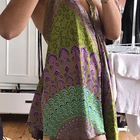 """Silkelignende halterneck kjole som bruges over badetøjet på stranden. Fra mærket """"InGear"""", købt i USA. Fitter XS/S. Aldrig brugt!"""