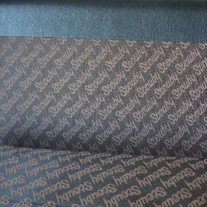 Super fin 3 personers stouby sofa i sort læder. Står i pæn brugt stand.  Pris 5200,- Måler 200b 80d 73h  Kan leveres i hele landet. Vintage. Retro. Dansk design. tre.