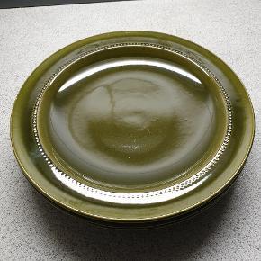 4 smukke flaskegrønne middagstallerkner. Ca. 24,5 cm. 1 brun middagstallerken og 3 kagetallerkner.  BYD!