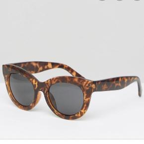 Cheap Monday solbriller fra Weekday. Brugt, men i fin stand. Kommer med ridser