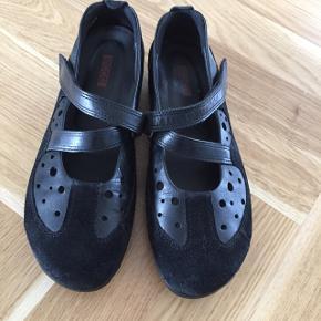 Lækker sko fra Ecco i sort læder / ruskind med velcro lukning i siden..Fine detaljer. Kun brugt et par gange