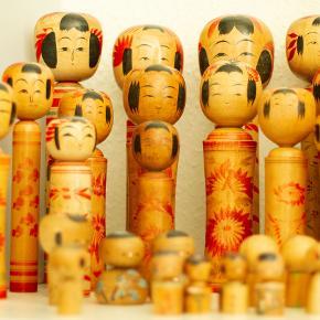 Kokeshi originale dukker fra Japan. Vintage samleobjekter, oprindeligt traditionelt legetøj fra Japan 1970'erne.  Der er mange forskellige i denne samling. -18 cm kr. 100,- -25 cm kr. 250,- -35 cm kr. 350,-