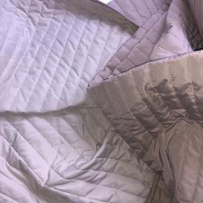 Sengetæppe brugt enkelte gange, to-sidet, begge beige, den ene lidt lysere end den anden