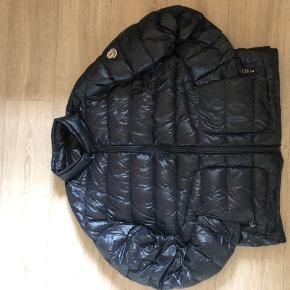 Sælger denne her super lækre jakke da jeg ikke får den brugt så meget. Jakken har et lille hul og har også skiftet lynlåsen men det er ikke noget man lægger mærke til når man har den på. Str. 6 fitter xl-l Cond 6,5 Intet OG men er Legit