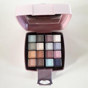 Oriflame cosmetics.  Indeholder:  Eye shadow, (16×1,2g) Lip Gloss, (2×1,1g) Lip Shine, (2×1,1g) Blusher, (1×4,5g) Face Powder, (1×4,5g)  Den ene lip gloss eller lip shine er der mærke i. Se billede 3.  Hentes i Roskilde eller sender med DAO mod betaling af fragt.