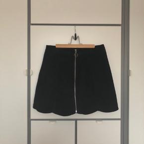 Sælger denne smukke nederdel fra Monki i ægte ruskind. Brugt en gang. Nyprisen var 400 kr.