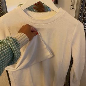 Fin hvid flare ærmet trøje fra Gina Tricot. Næsten ikke brugt😁