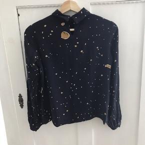 Sælger min flotte bluse fra Stine Goya, modellen hedder Lea.  Jeg er desværre kommet til at stryge lidt af guldet af (se billeder) dette er der taget højde for i prisen  Materialer 100% viskose