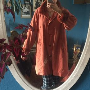 Orange-agtig frakke / jakke til både forår, efterår og tidlig vinter. Har ægte kaninpels på ærmer, krave samt en aftagelig 'vest' der sidder indeni og kan knappes af og på efter behov.  Fejler ikke andet end en knap der er røget af, jeg syr gerne en ny på for dig :)
