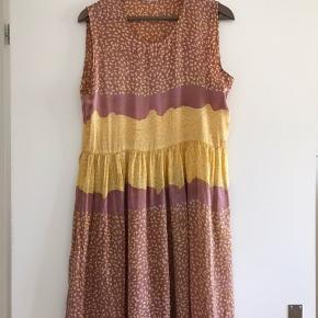 Super smuk  kjole i skønneste silke Håndfarvet og syet i Bali.  Str M 100% silke