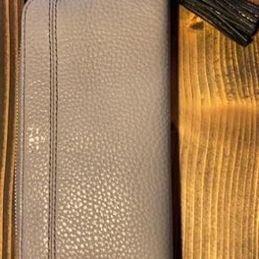 Helt ny og aldrig brugt pung/clutch Mål: 20x10x2,5cm
