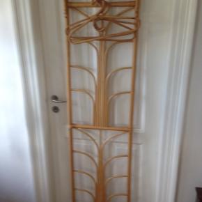 Bambus entrésæt med hattehylde og bøjler. I fin stand.  H 175 B 45 D 26 cm.