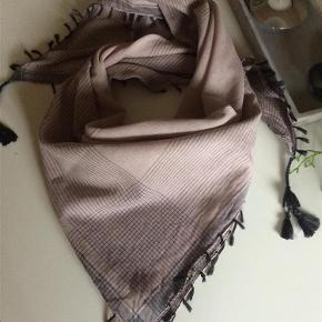Varetype: Tørklæde med grå kvaster Størrelse: ** Farve: Se billeder  Handler gerne via mobilpay - ellers plus gebyr :-)  Spørg og byd......