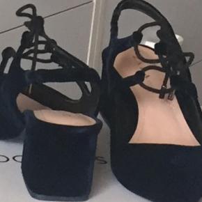 Varetype: Heels Farve: Blå Kvittering haves. Flotte marineblå sko i velour fra Zara.  Bytter desværre ik.