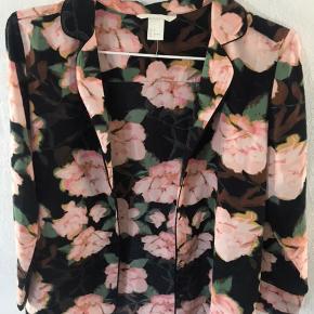 Sælger denne super fine sommer skjorte med mønster, da jeg aldrig har fået den brugt.🌸Super søde knapper. Passer også 34