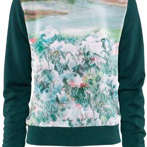 Smuk let strik fra H&M Trend. Modellen er kort i det. Strikken er i merinould og forsiden er af silke. Sweateren er en str. 34 og meget petit - str. XXS vil jeg vurdere.  I god stand og er blevet passet godt på.