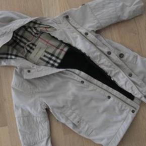 Elegant jakke med foer - ikke en vinterjakke, men mere en overgangsjakke.