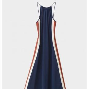 Fed sporty kjole fra Ganni med striber langs siden. Sidder så godt på kroppen. Kom med bud