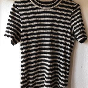 Sort hvid stribet t-shirt i rib. Meget strækbar og passer også str 40.