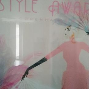 Unik Elle styleawards plakat fra 2017 inkluderet med ramme i træ med glas. Sælges kun samlet og ved afhentning måler 50 * 70