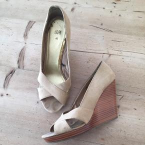 Fine heels / stiletter med kilehæl  Gode med brugt - derfor er prisen så lav.