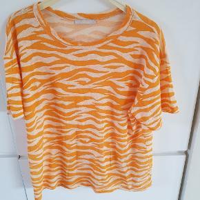 Super fed T-shirt fra Zara. Mærket er taget af, men den er kun prøvet på et par gange.