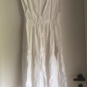 Fin, fin kjole uden brugsspor. Den har kun været brugt en gang.  Kjolen er en str. xs, man kan også passe en str. small.