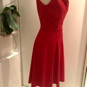 Smuk retro-inspireret kjole med flot fald ved halsudskæringen.
