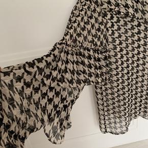 Super fin bluse - der medfølger sort top til at have under. Lidt stor i str. så medium kan også passe den. Brugt få gange Bytter ikke