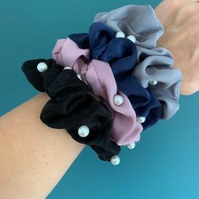 Scrunchies med perler. Findes i sort, blå, rosa og grå. Er ubrugte har flere stk i alle farver 1 stk 15kr 2 stk 25kr