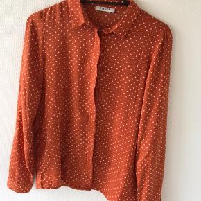 Orange skjorte med hvide prikker fra Pieces, som jeg desværre ikke for brugt nok. Er brugt 2-3 gange, så derfor ingen tegn på brug samt intet slid.  Skriv endelig for flere billeder eller eventuelle bud:))  - Røgfrit hjem.  Jeg forbeholder mig selvfølgelig retten til ikke at sælge, hvis rette bud ikke opnås.