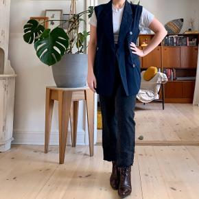 Vintage navy sleeveless blazer. Can also be worn belted as a top 👏🏻