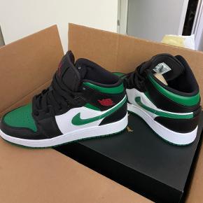 HELT nye Nike Air Jordan 1's i en str. 38,5. Sælger fordi de er for små og ikke kan returneres. Skriv ikke til mig, hvis i ikke vil købe for 2000kr.