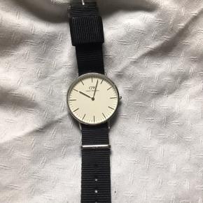 Sælger mit DW ur med hvid skive og sort rem.  Købt i butik i Esbjerg.  Jeg har to andre remme som kan fås gratis med - et blåt og hvidt + blåt, rødt og hvidt.  skriv for flere informationer🌸