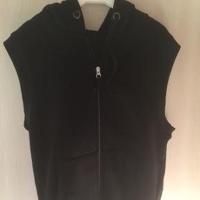 Jeg sælger den her sweatshirt vest, i str. M for min bror. Prisen er 50kr.  Fejler intet og kommer fra røgfrit hjem.  Skriv hvis det har interesse eller hvis der er spørgsmål.  Kan hentes i Holstebro eller sendes, portoen kommer oven i.