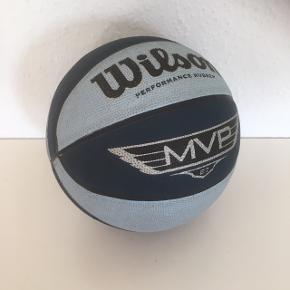 Basketbold bold   Fin stand - Ikke forsøgt at rense den fuldstændig ren men det kan man sikkert hvis man vil næsten ikke brugt.   Sender gerne
