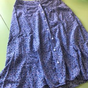 Lilla blomstret nederdel, fine knapper hele vejen ned. Byd :))