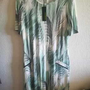 Kjolen fra Mongul, har aldrig været brugt, har stadig prismærke på. Mp. 155kr. Plus porto. Handler gerne med mobilepay.