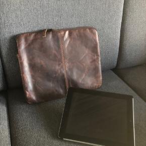Super fed lædertaske/mappe (ipad vist for at illustrere str. på tasken). Tasken er fra ikke-ryger-hjem og har været passet på.