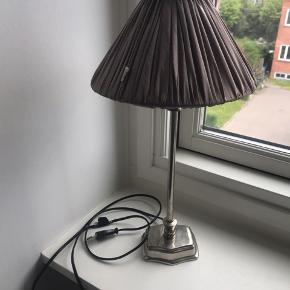 Flot bordlampe i ægte sølv med silke stofskærm i lilla/grålig/brun nuance - købt i Stol & Stage   50 cm høj  Mangler plastik skjuleren til tænd/sluk (se sidste billede)  men fungerer ellers som den skal