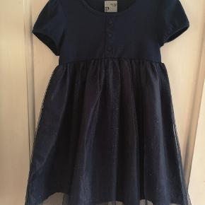 Fin kjole med glimmer i tryllet. Str 110/116 ingenhuller eller pletter