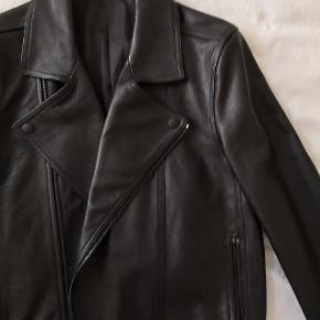 Lækker biker jakke i sort kernelæder fra svenske Whyred. Kun brugt én gang, så fortsat som ny. Nypris 5500kr.   Modellen er normal i størrelsen (48/M), men fittet.